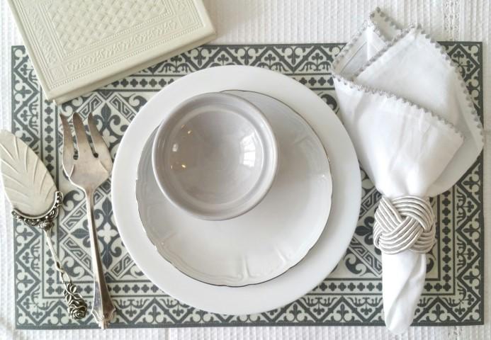 """כלים פשוטים - יופי של שולחן ! כל כלי פשוט ונקי משתדרג ע""""י פלייסמטס-תחתיות מדוגמות כרקע, יקפיץ לנו את כל שולחן החג."""
