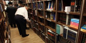 בְּהוֹצִיאִי אוֹתָם | עולמם של הספרים יוצא לאור