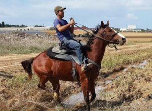 """1 כ""""ס   כשמנדי ריזל רכב לראשונה על סוס"""